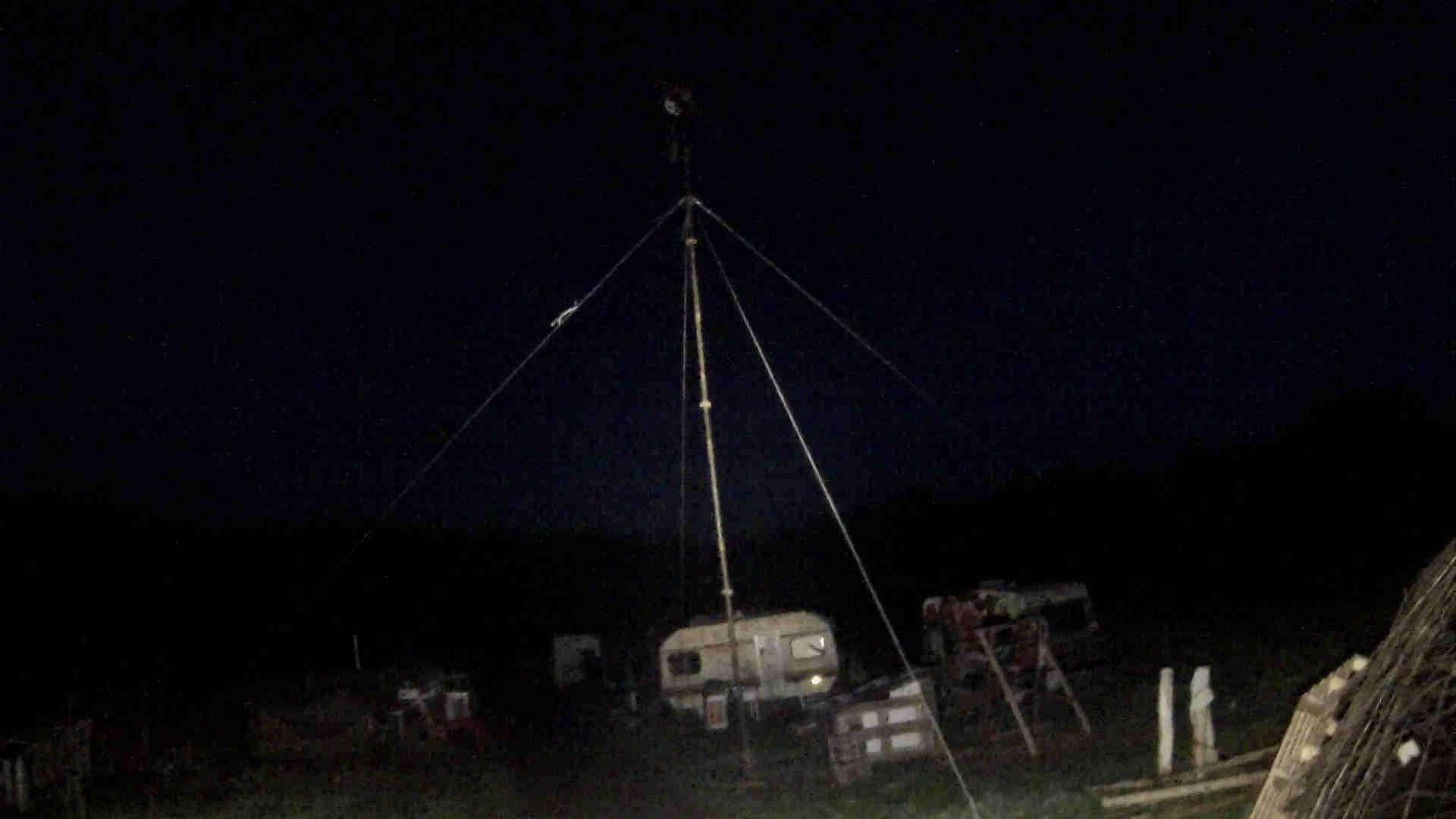 Windrad auf Wiese bei Nacht