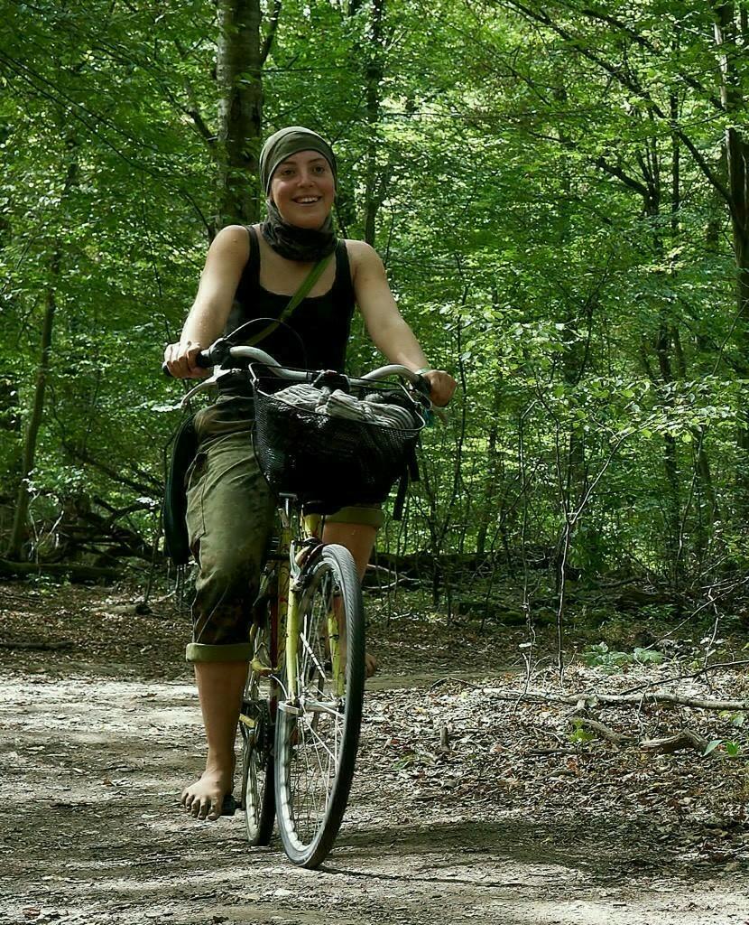 Elf auf dem Fahrrad im Wald